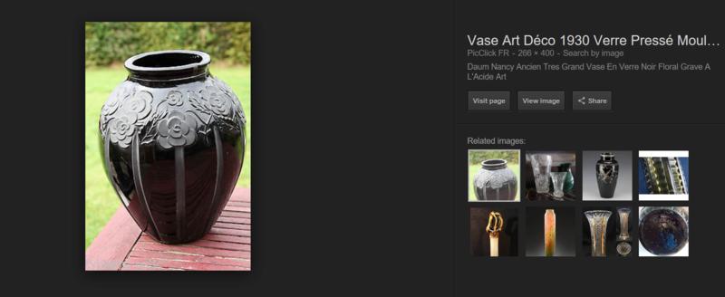 Gros vase verre noir pressé moulé Art Déco (?) côtelé, fleurs satinées Screen21