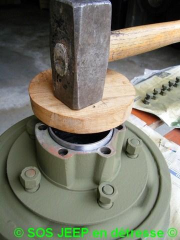 Outil pour mettre en place les cônes de roulement dans le moyeu-tambour de frein Dscf7013
