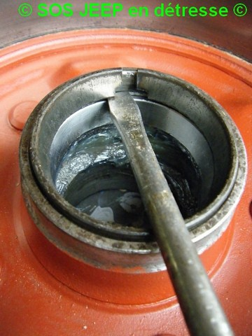Outil pour mettre en place les cônes de roulement dans le moyeu-tambour de frein Dscf7014