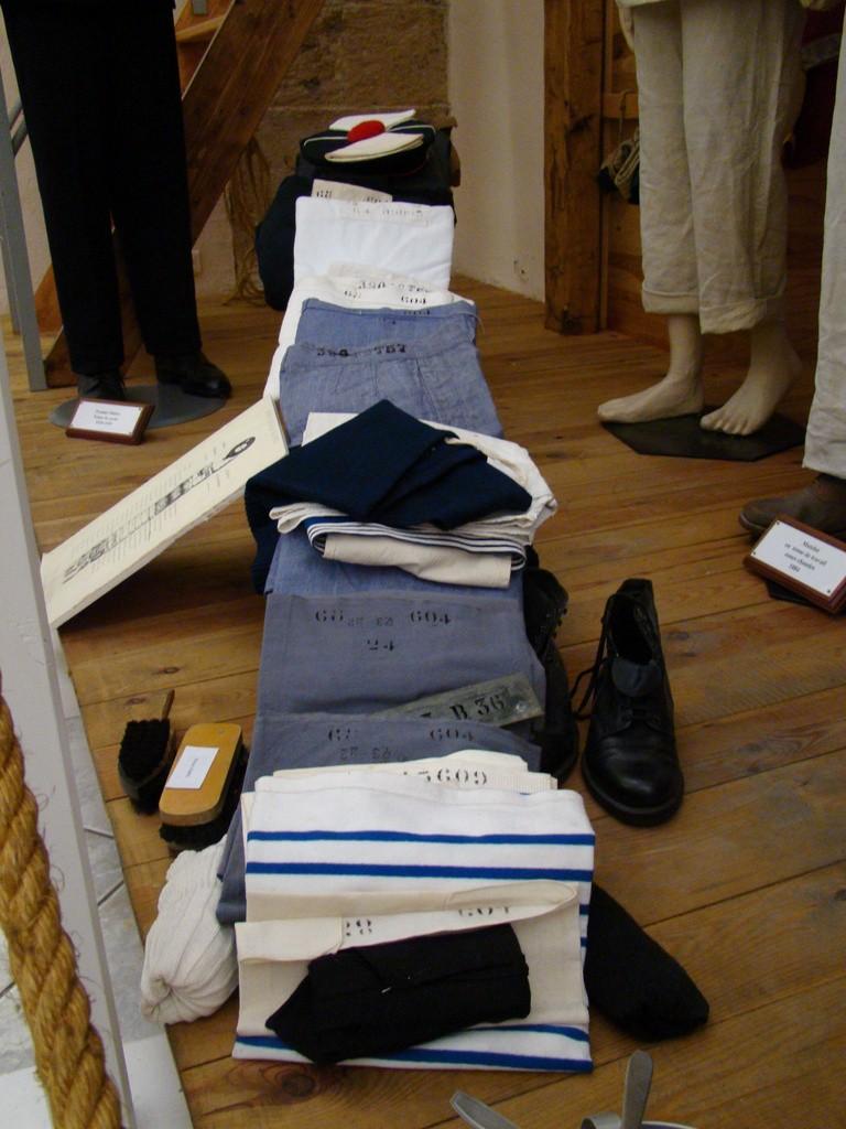 [ Les musées en rapport avec la Marine ] Conservatoire des tenues à Toulon Dsc00911
