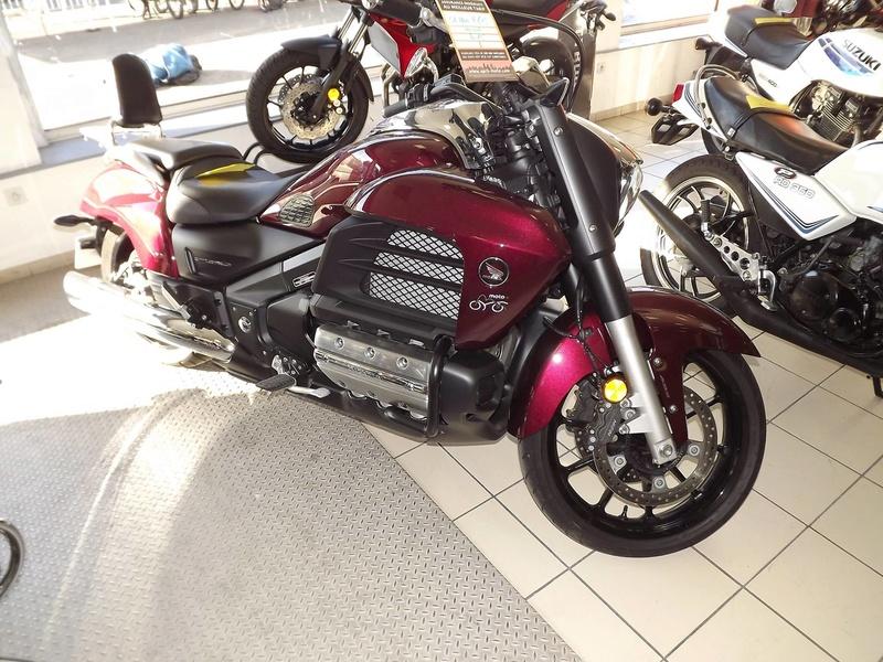 moto + fait son show  14231213