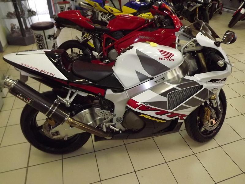 moto + fait son show  14305210