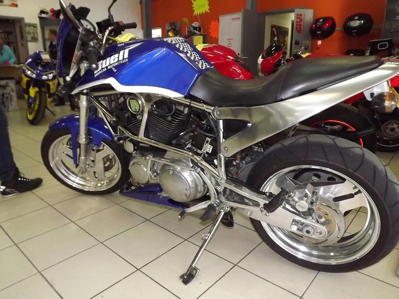 moto + fait son show  14311310