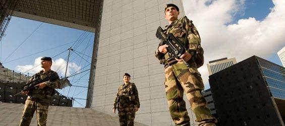 La guerre en France : les forces en présence. Sur le territoire national, le rapport de force est défavorable (7.000 militaires contre 20.000 djihadistes) et l'ennemi a l'initiative. Vigipi10