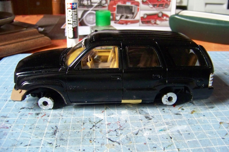 From the box - Cadillac Escalade Revell 1/25 - Page 4 100_8771