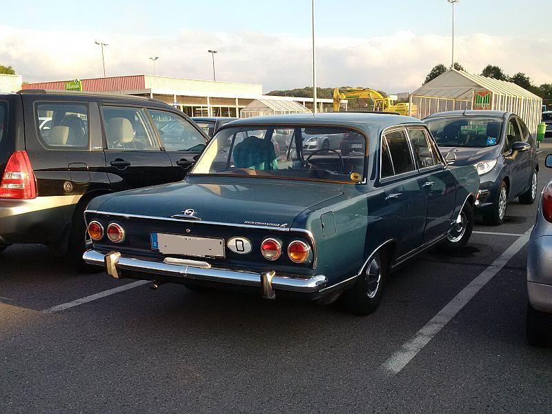 Opel Rekord 1700 L - auf dem Parkplatz schnappgeschossen 318