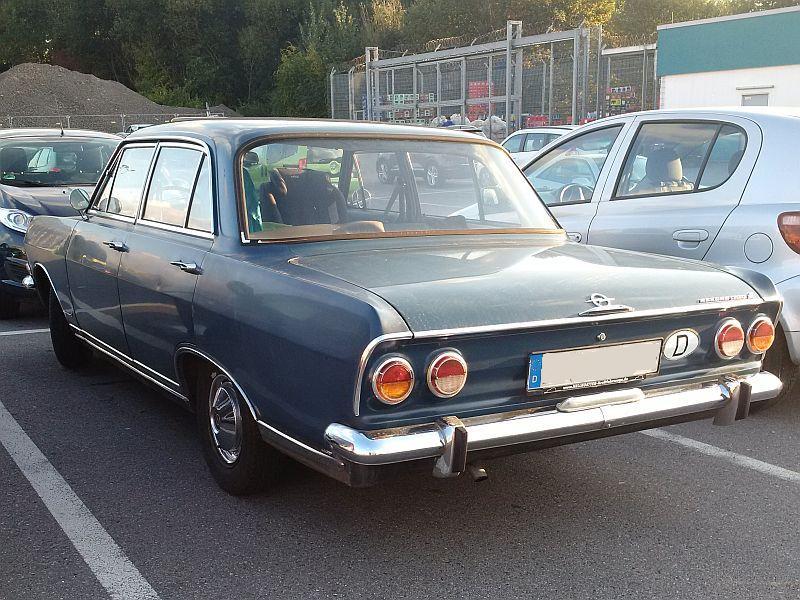 Opel Rekord 1700 L - auf dem Parkplatz schnappgeschossen 417