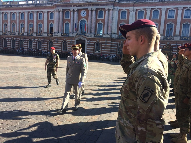 Pour la Saint Mchel,la 11° B.P. saute sur la place du Capitole de Toulouse  Ctg14j10
