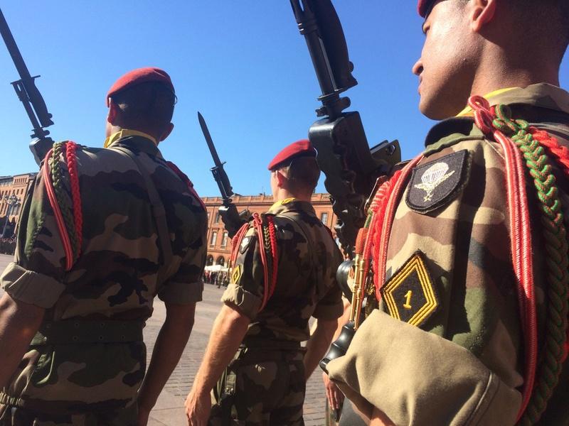 Pour la Saint Mchel,la 11° B.P. saute sur la place du Capitole de Toulouse  Ctg17v10