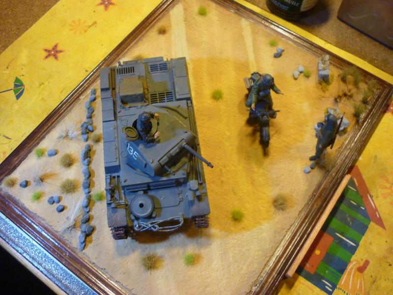 Juin 1940: Panzer II tamiya + moto Zvezda 1/35 + 3 personnages - Page 6 P1070122