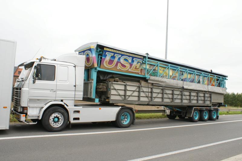 Les Camions des forains - Page 5 Dsc05823