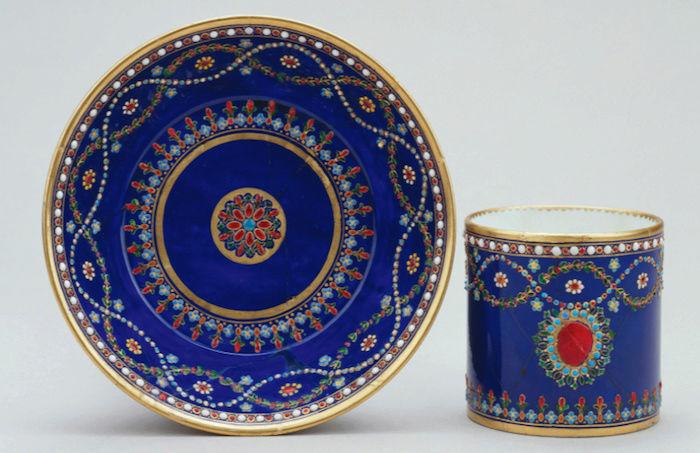 Le goût de Marie-Antoinette pour la porcelaine de Sèvres à effets de pierres précieuses Captu172