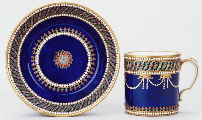 Le goût de Marie-Antoinette pour la porcelaine de Sèvres à effets de pierres précieuses Captu174