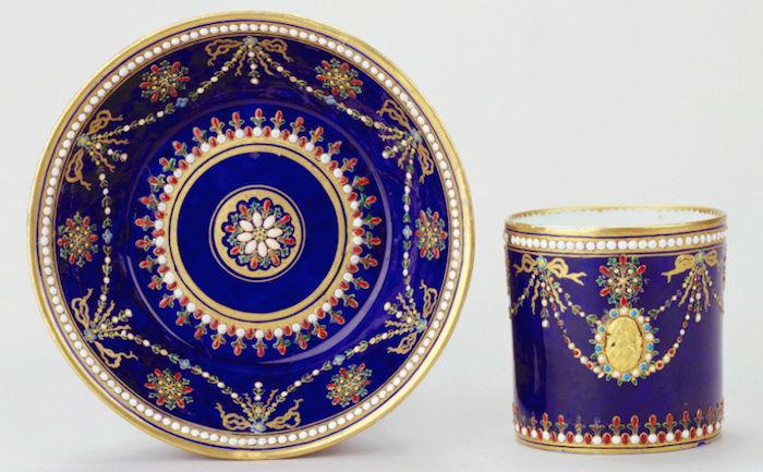 Le goût de Marie-Antoinette pour la porcelaine de Sèvres à effets de pierres précieuses Captu175
