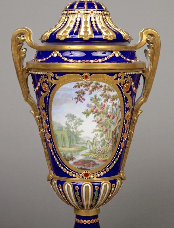 Le goût de Marie-Antoinette pour la porcelaine de Sèvres à effets de pierres précieuses Emuseu21