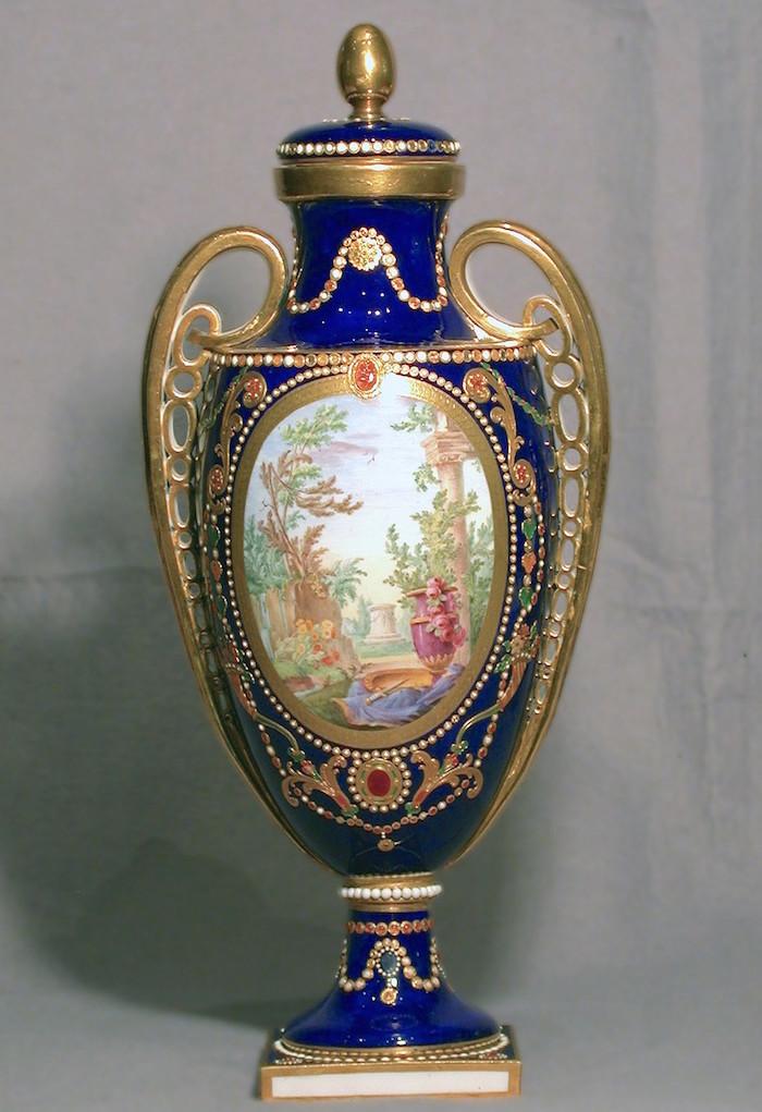 Le goût de Marie-Antoinette pour la porcelaine de Sèvres à effets de pierres précieuses Sevres14
