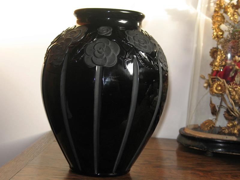 Gros vase verre noir pressé moulé Art Déco (?) côtelé, fleurs satinées Img_9618