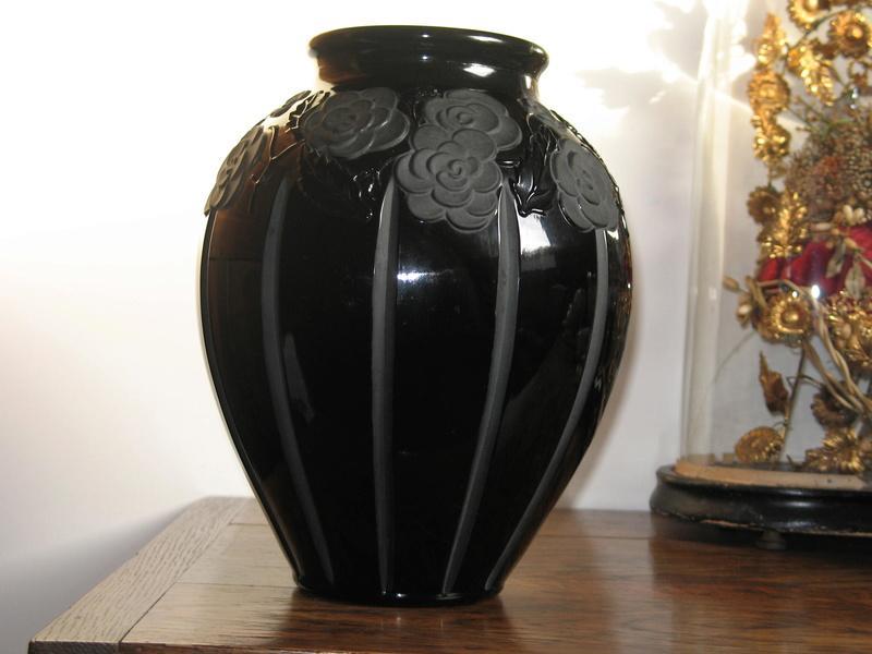 Gros vase verre noir pressé moulé Art Déco (?) côtelé, fleurs satinées Img_9619