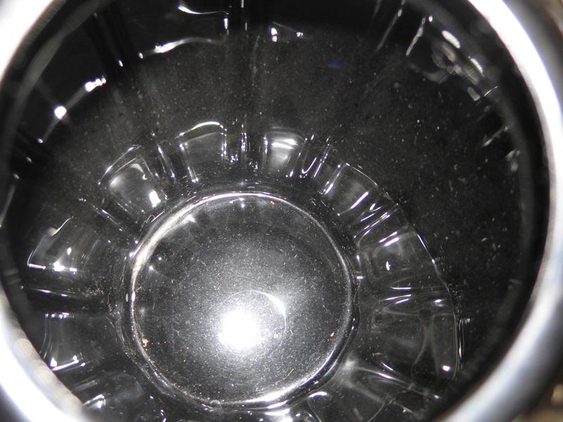 Gros vase verre noir pressé moulé Art Déco (?) côtelé, fleurs satinées Img_9620