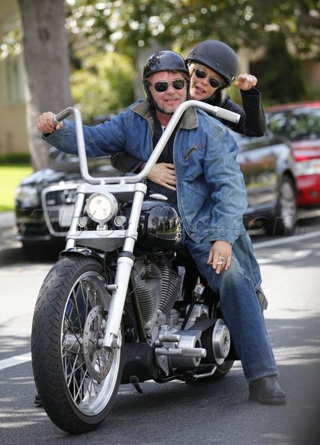 Ils ont posé avec une Harley, principalement les People - Page 6 0_mell10