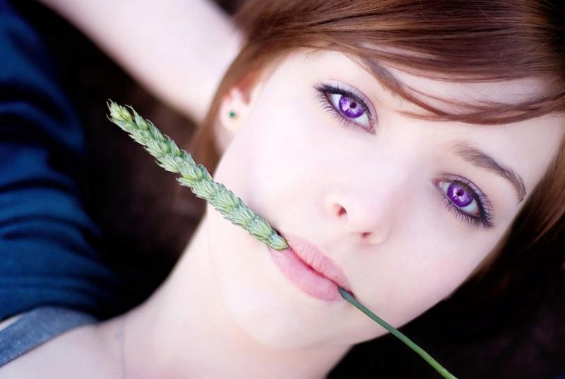 Les yeux violets Une-fe10
