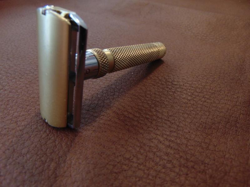 Rasoir GIBBS 15 réglable manche bronze Dsc04713