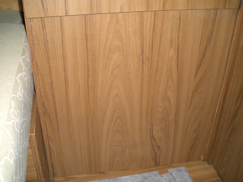 Placard en dessous de la penderie et placard sous le coffre  Cimg8710