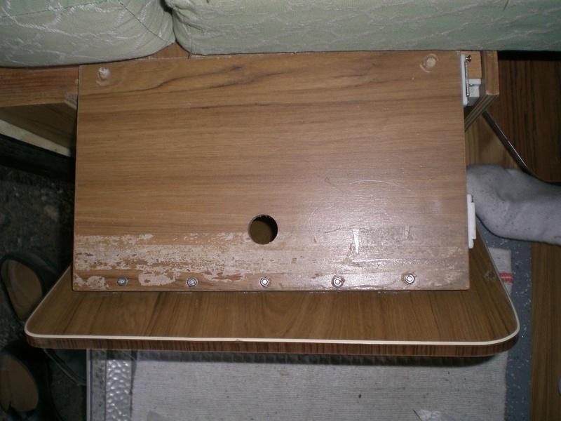 Placard en dessous de la penderie et placard sous le coffre  Cimg8713