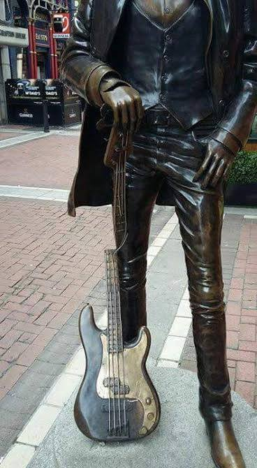 La statue du grand Phil.... Statue10
