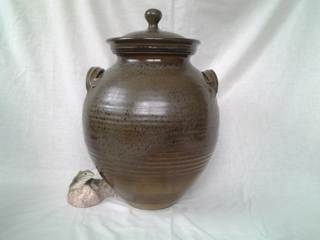 Ray Rogers ----Large stoneware lidded pot 20160810