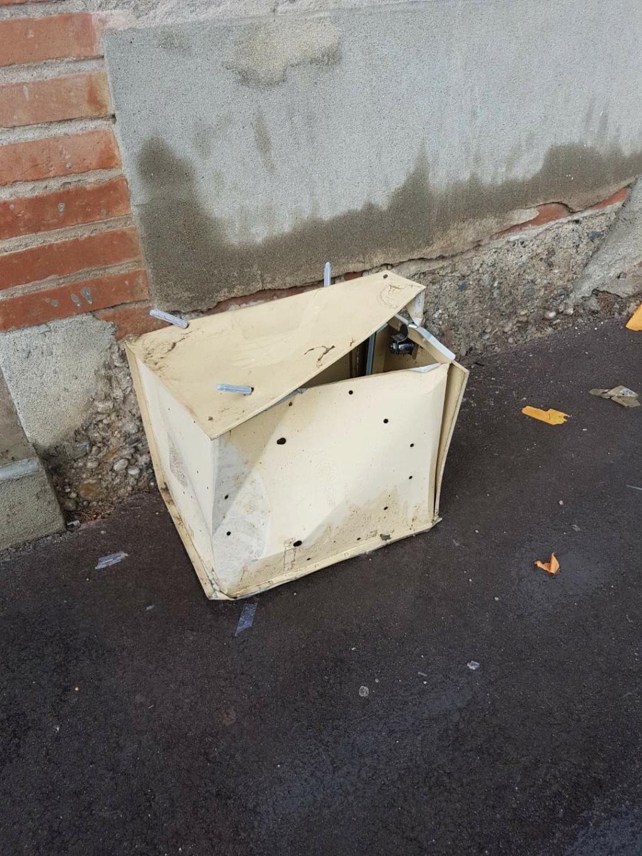Cimetière profané, local vandalisé V_d47c10
