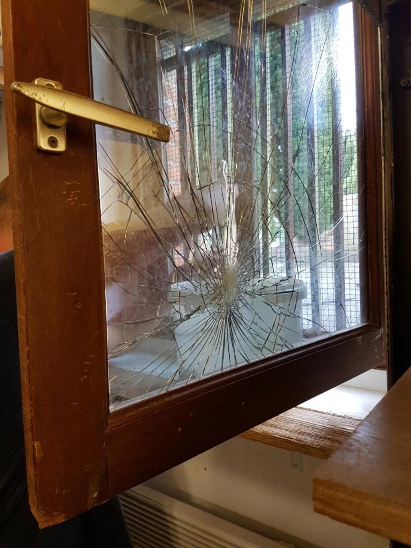 Cimetière profané, local vandalisé V_d97e10