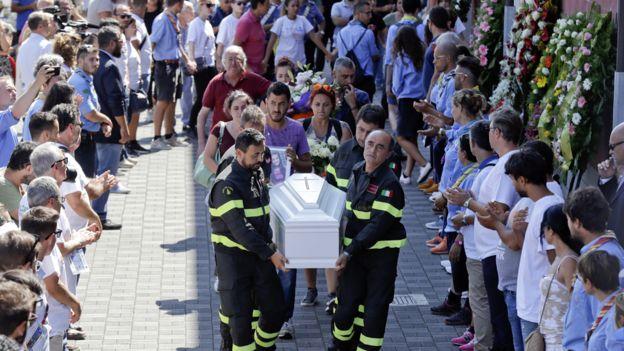 La emotiva carta de un bombero a una niña víctima del terremoto de Italia _9095011