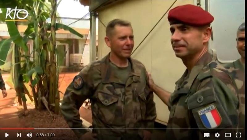 Opération Sangaris : Un aumônier parachutiste en Centrafrique: Padre Bertand LORENTZ  Padre_10