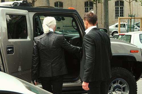 Le saviez vous ? Karl Lagerfeld aimait les Hummer et une photo postée le 27/05/2011 sur les Quai Voltaire à Paris par moi-même ... Le virus du hummer   26390310