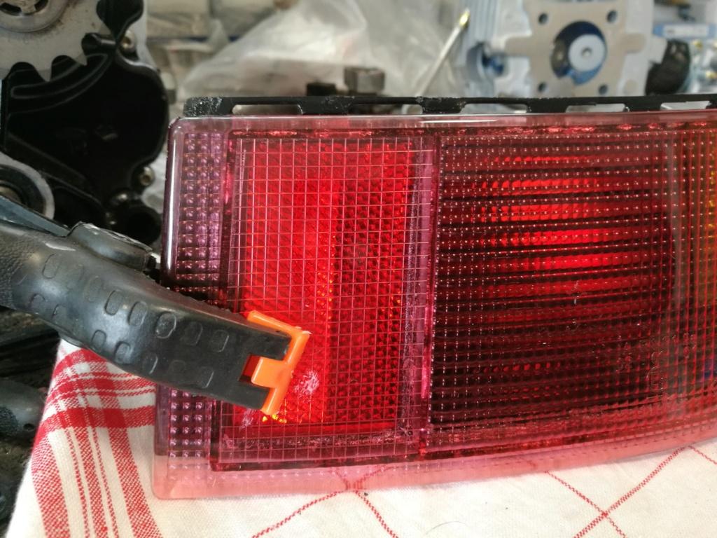 Remplacement vitres de feux AR 964.  1723