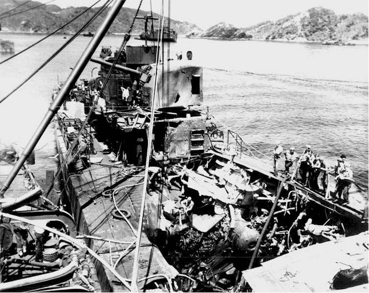 Navires US endommages par des kamikazes 05586011
