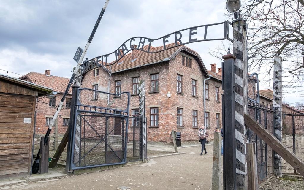 Faut-il laisser disparaître le camp d'Auschwitz ? Auschw24