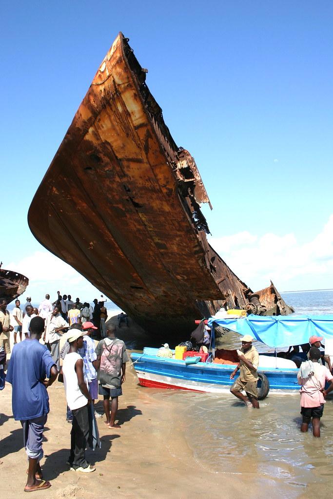 Les plus grands cimetieres de navires du monde - Page 2 Beira_14