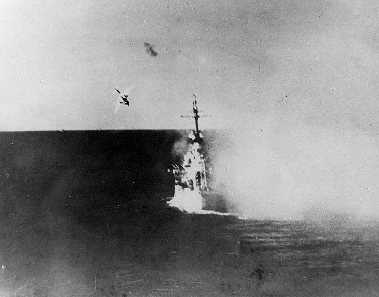 Navires US endommages par des kamikazes Kamika12