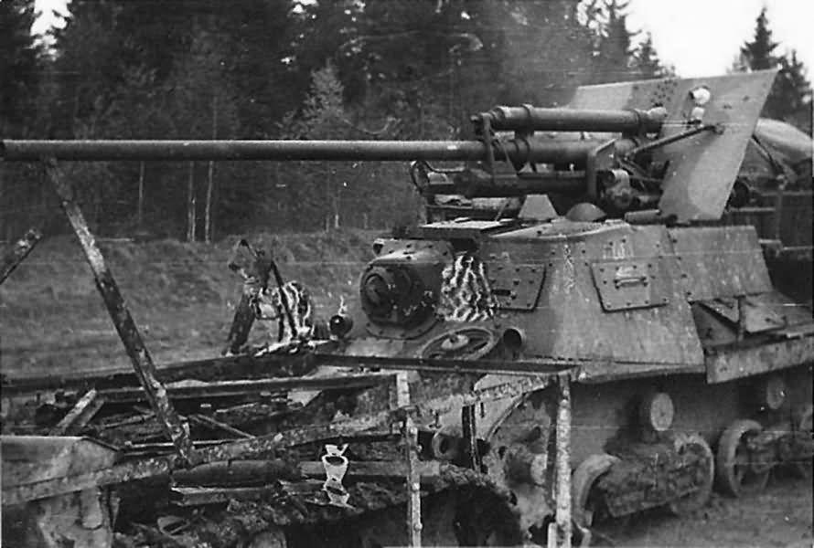 Canon fixe sur chassis de char - Page 2 Komsom10
