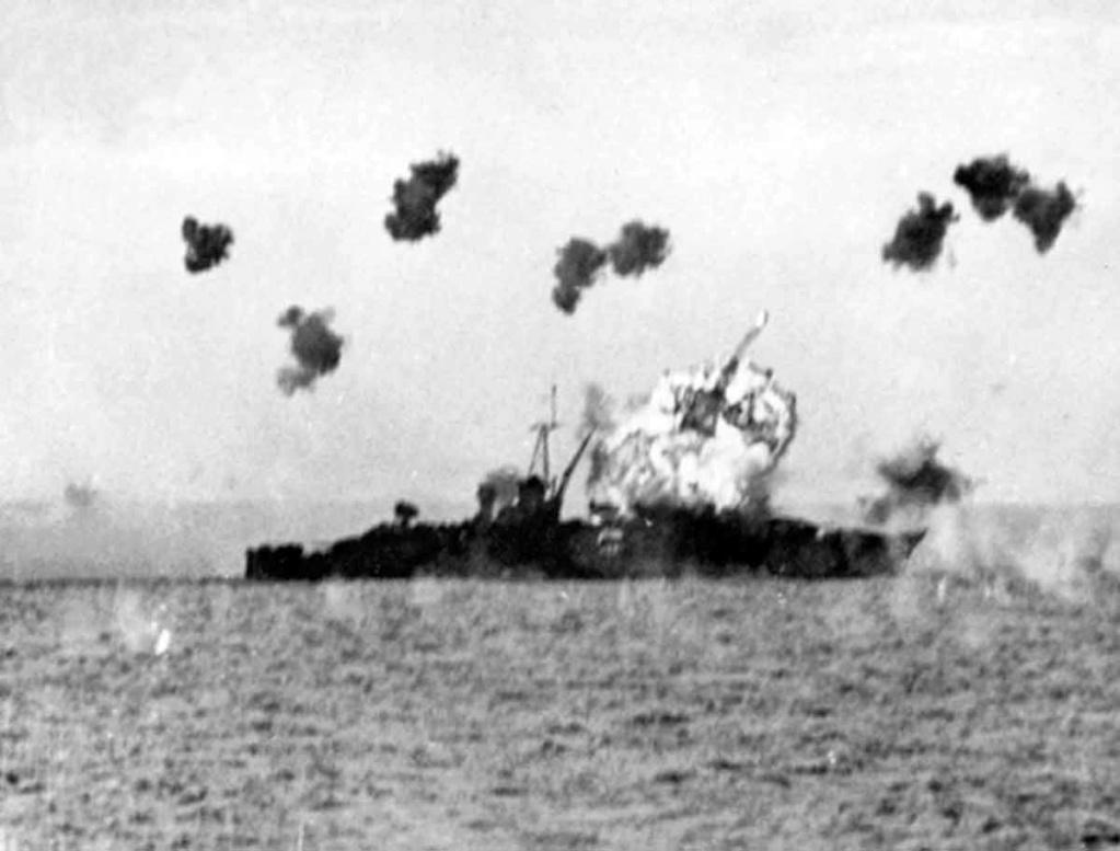 Navires US endommages par des kamikazes Uss_lo10