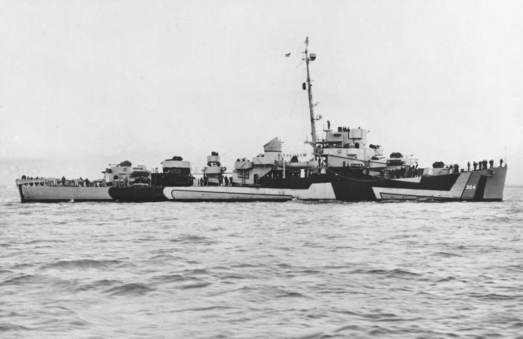 Navires US endommages par des kamikazes Uss_ra11