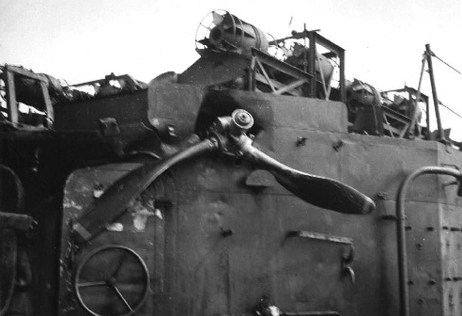 Navires US endommages par des kamikazes Uss_sh11