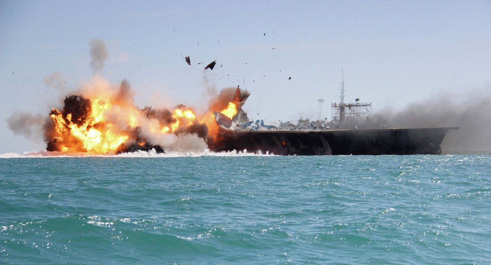 L'armée iranienne coule la réplique d'un porte-avions US Zzz40