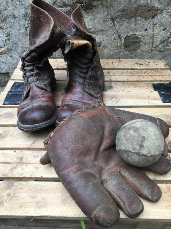 Bottes de saut Corcoran et gant de base ball. Img_8135