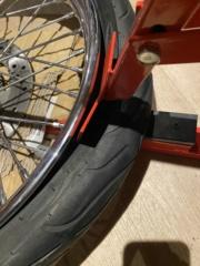 Je change mon pneu avant manuellement  040d9610