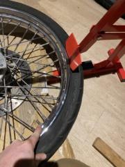 Je change mon pneu avant manuellement  61798710