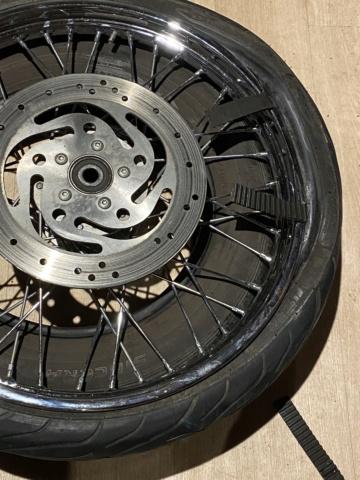 Je change mon pneu avant manuellement  78dc2310