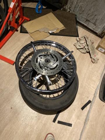 Je change mon pneu avant manuellement  F25ea610